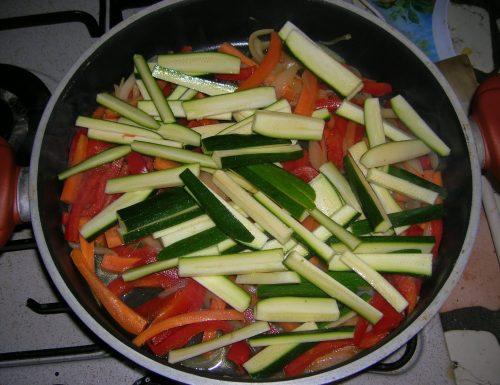 Straccetti di pollo con verdure veloce….facile….dietetico.