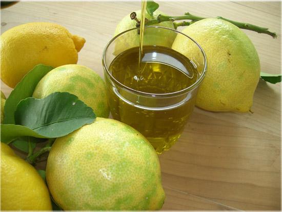 石油と一緒にレモン荒れた手を保護するために、